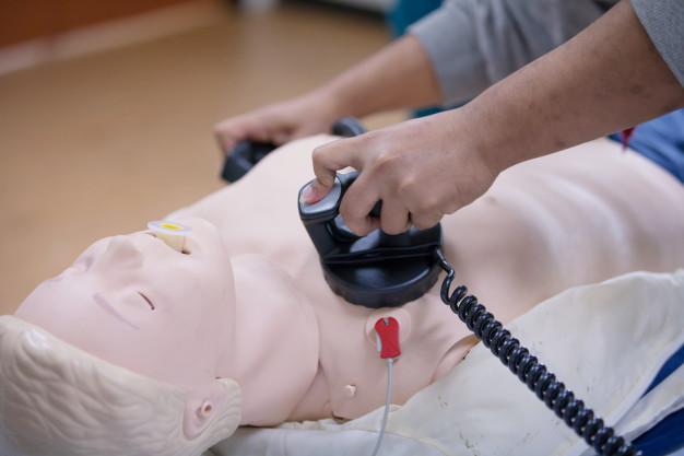 Delovanje in uporaba defibrilatorja